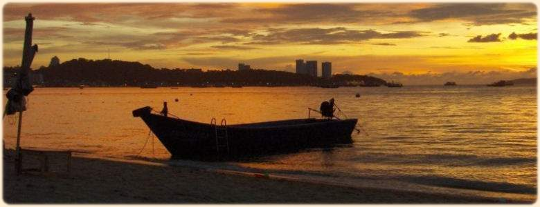 Sunset over the Bay of Pattata, for rent studio apartment in Pattaya and Jomtien Thailand